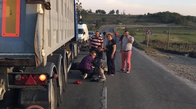 Grav accident la Flămânzi! Două persoane aruncate pe șosea, după ce un TIR a lovit o căruță! FOTO