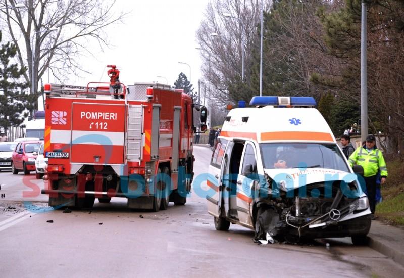 Grav accident la Lebăda! Trei victime, după un impact violent între o ambulanță și un Audi! FOTO