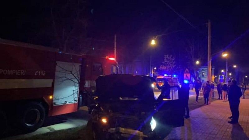 Grav accident pe Bulevardul Eminescu. Doi bărbați au fost răniți (video)