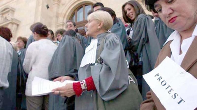 Grefierii se pregătesc de întreruperea activității în instanțe și parchete: trântesc justiția de gard, dar nu renunță la Pensiile Speciale