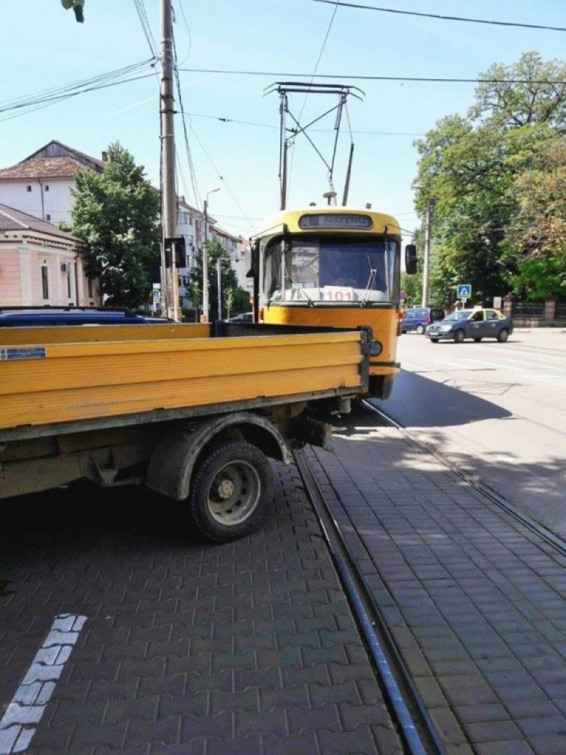 Greșeala costă! Șofer amendat după ce a blocat circulația tramvaielor - FOTO