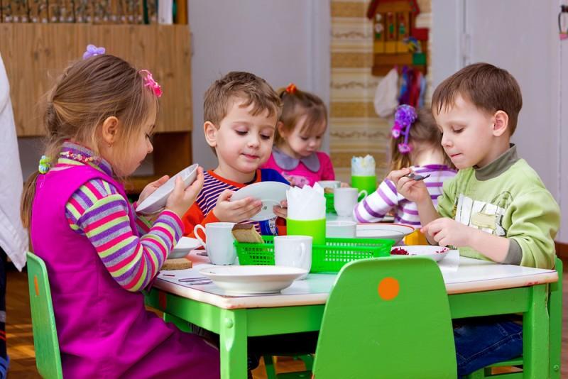 """Gustul copilăriei: de la tartina de dimineaţă la """"săru`mâna pentru masă"""" rostit în cor! FOTO"""