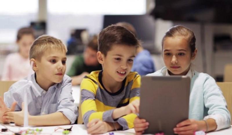 Guvernul va cumpăra 250.000 de tablete pentru elevii care nu au acces la cursurile online. Numărul celor fără acces este însă de aproape 900.000, din care 11.000 la Botoșani