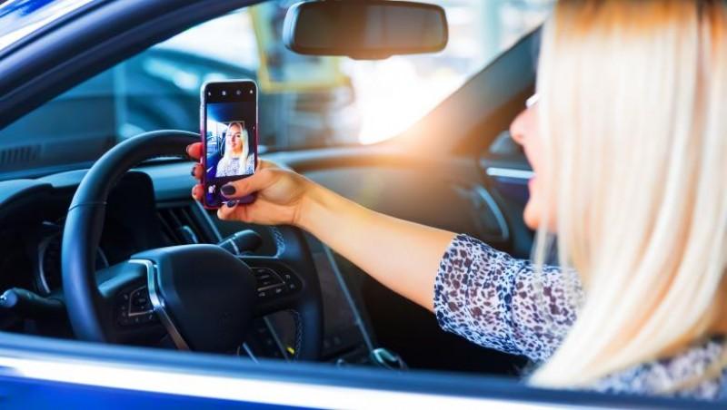 Guvernul va introduce noi sancţiuni pentru șoferii care folosesc telefonul mobil în timpul mersului