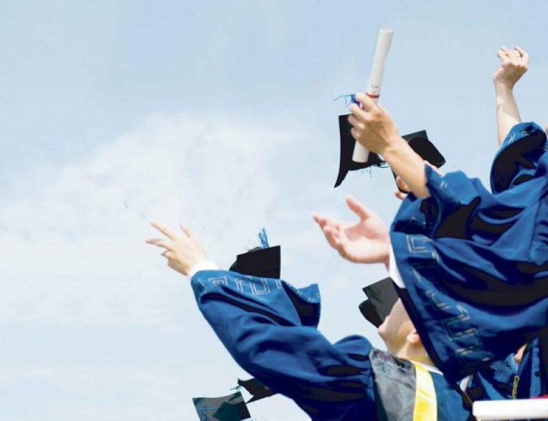 Guvernul vrea să dea bani absolvenţilor cu media 10 la Evaluarea Națională sau Bacalaureat