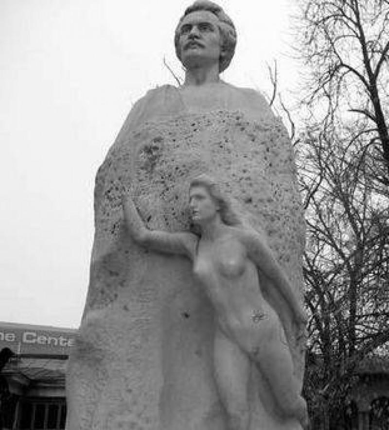 Hotii fură sistematic mâna unei statui cu Eminescu, de peste 22 de ani!