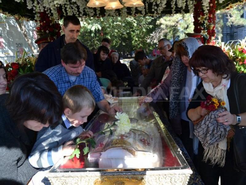 Iaşi, Hramul Sfântei Cuvioase Parascheva: Peste 67.000 de oameni s-au închinat la moaşte, iar 100 au avut nevoie de medic