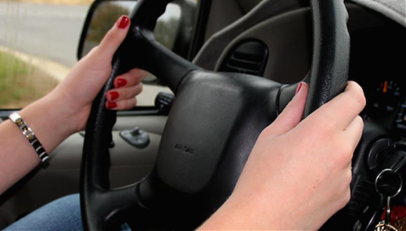 Ieșeancă de 20 de ani prinsă conducând fără permis, într-o localitate din Botoșani