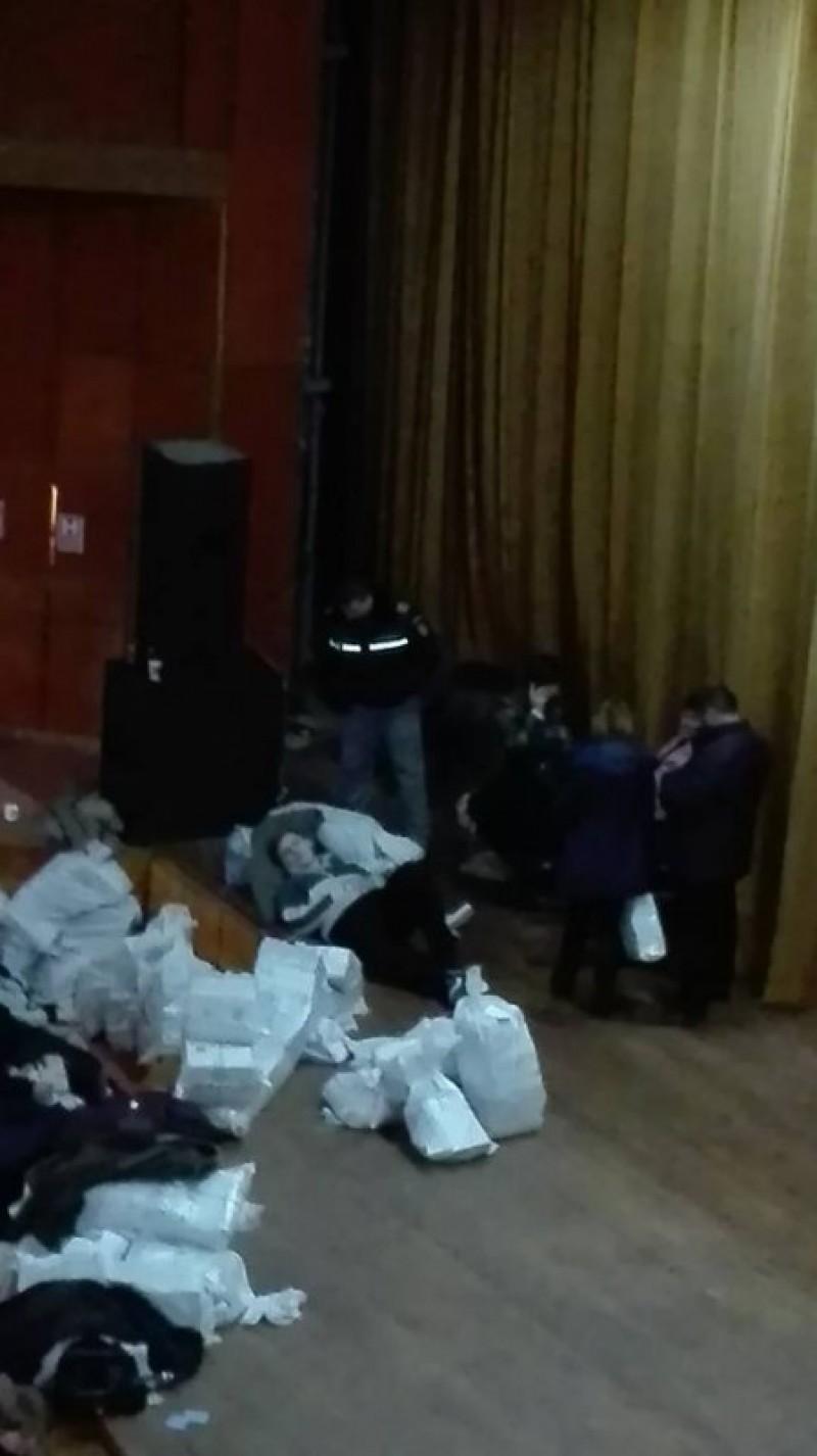 """Imaginea zilei la Botoșani: """"Căzuți la datorie"""" lângă sacii cu buletine de vot - FOTO"""