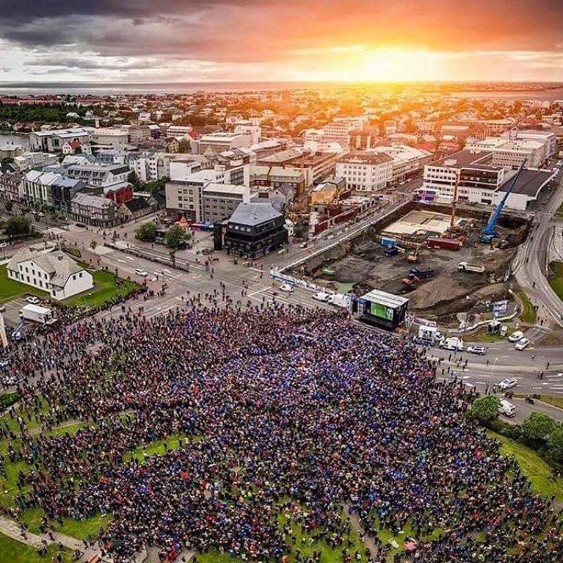 Imaginea zilei vine din Islanda! Mii de oameni s-au strâns în fața unui ecran imens pentru meciul cu Franța