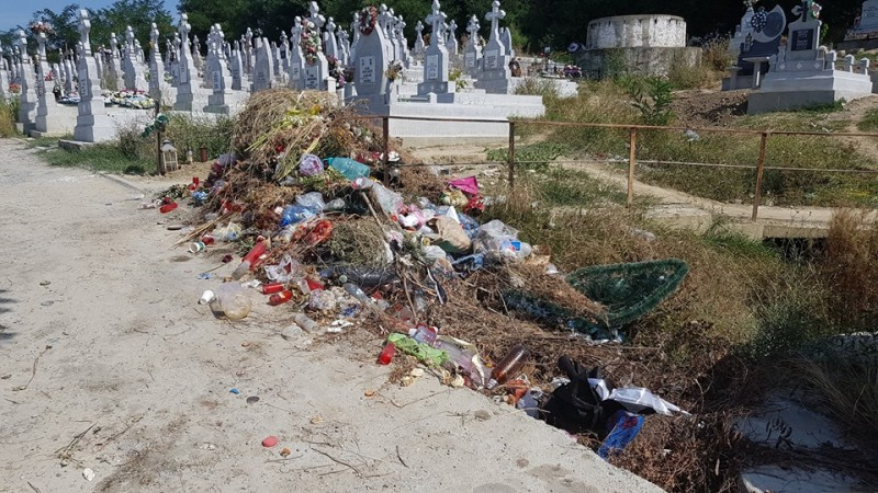 """Imagini deplorabile ale cimitirului """"Pacea"""": containere căzute și mormane de deșeuri printre morminte"""