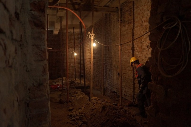 """Imagini rare din subsolurile Teatrului Eminescu, unde constructorii lucrează """"la lumina lămpilor electrice, asemenea unor mineri aflați în șut"""""""