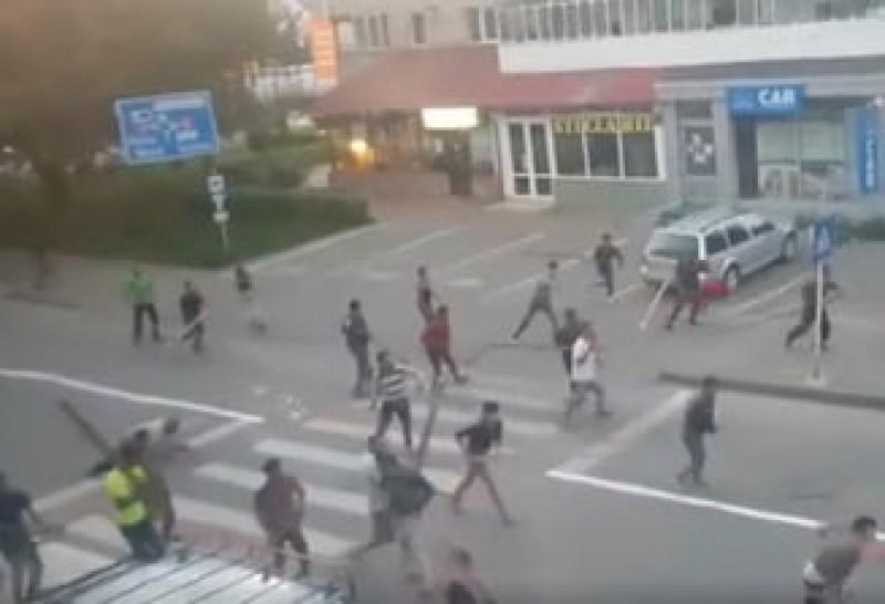 Imaginile care au îngrozit România: Un singur polițist în mijlocul unei bătăi cu bâte și topoare, între două clanuri de rromi! VIDEO