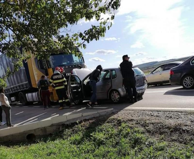 Impact frontal între un autoturism și un camion, la Cucorăni