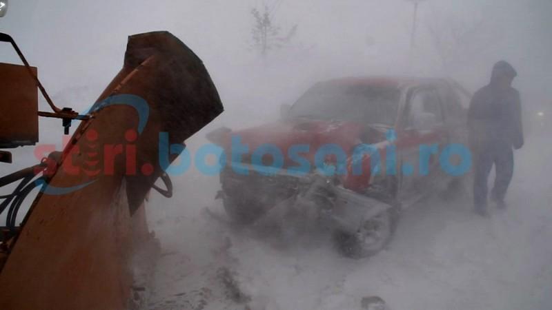 IMPACT FRONTAL între un autovehicul de teren şi un utilaj de deszăpezire, din cauza vizibilităţii reduse! FOTO