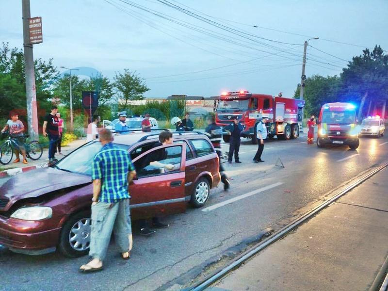 Impact între două autoturisme în Zona Industrială! Trei persoane au avut nevoie de îngrijiri medicale! FOTO