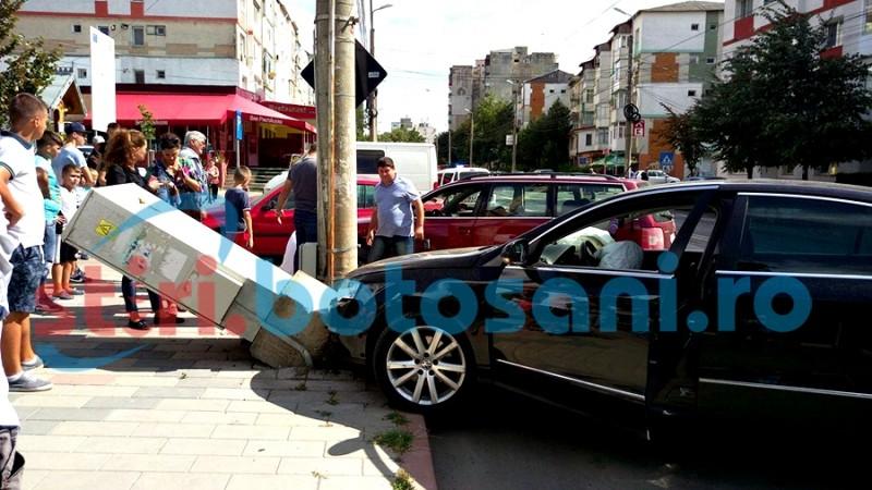 Impact între două autoturisme, pe strada Primăverii! FOTO