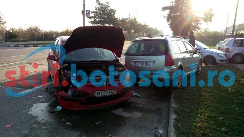 Impact între două mașini, în fața unei benzinării! FOTO