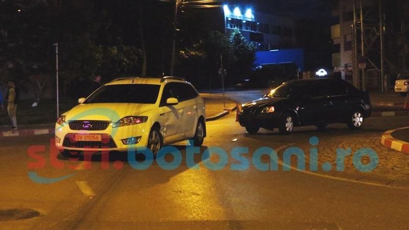 Impact intre doua masini, intr-un sens giratoriu din municipiul Botosani! Un sofer a fost ranit! FOTO