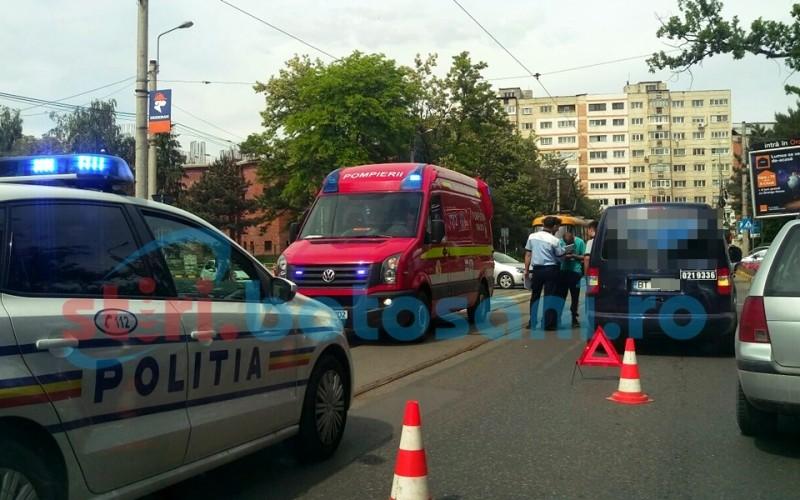 Impact intre doua masini pe strada Sucevei! O femeie gravida a fost preluata de ambulanta! FOTO