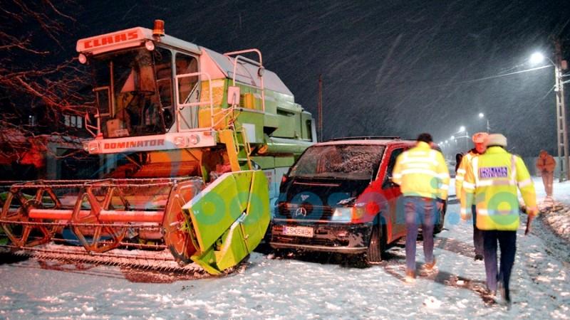 Impact între un Mercedes și o combină agricolă, la Orășeni Deal! FOTO