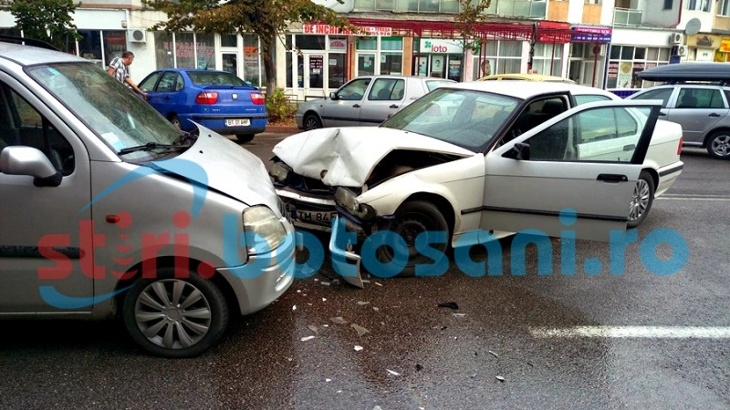 Impact între un Opel și un BMW, pe strada Grivița! O persoană a ajuns la spital! FOTO