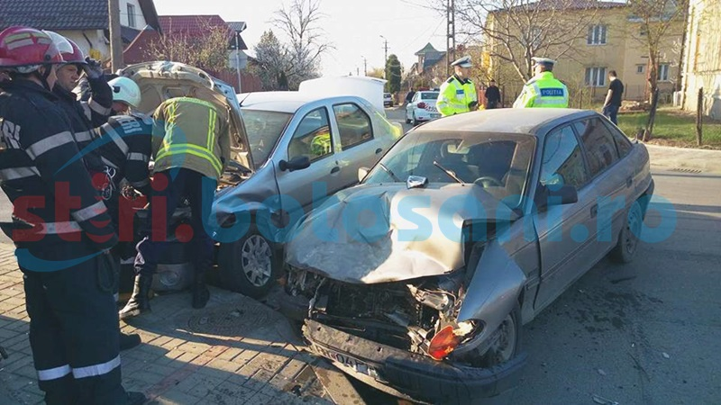 Impact violent într-o intersecţie din Botoşani! O persoană rănită şi două maşini distruse! FOTO