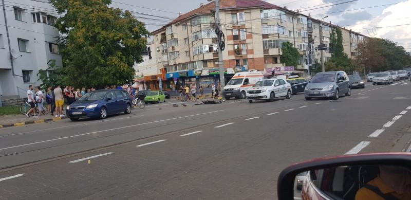 Impact violent între un taxi și un Audi. O persoană, transportată la Urgențe
