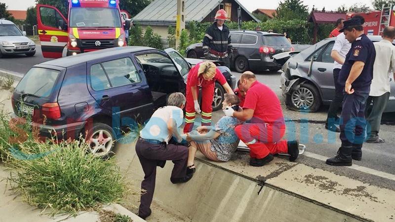 Impact violent la Hudum! Două persoane rănite, o mașină ajunsă în șanț! FOTO