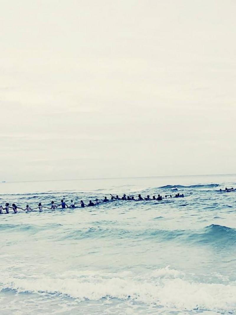 Impresionant: 80 de oameni au format un lanț uman pentru a salva o familie de la înec!