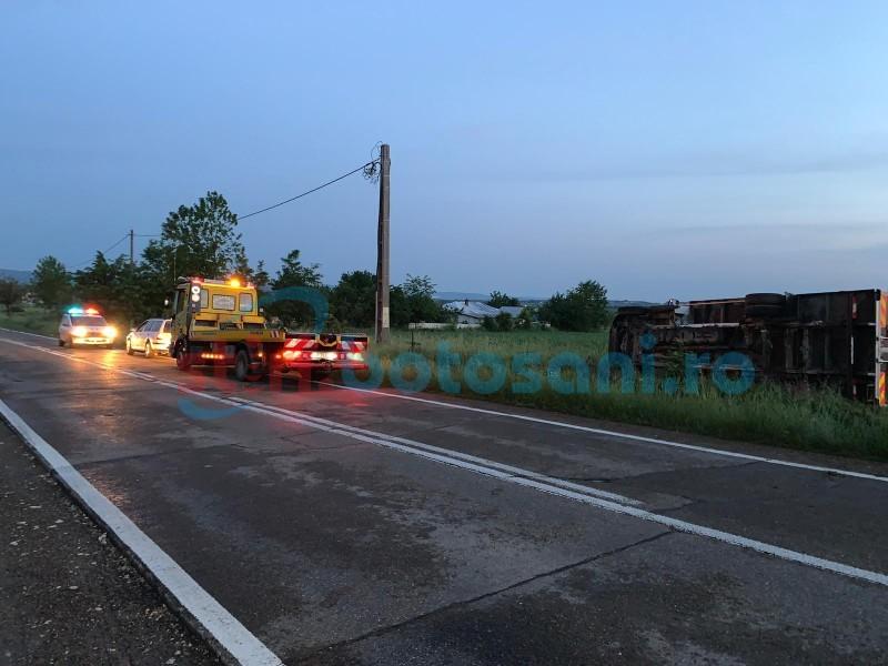 În această dimineață: Camion răsturnat în apropiere de Mănăstirea Zosin