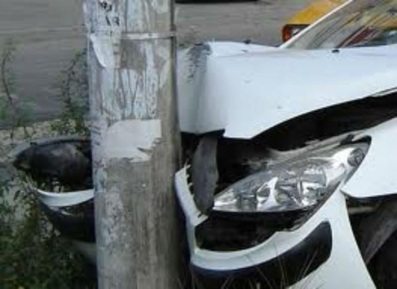 """În această dimineață: Un șofer a ajuns cu mașina într-un stâlp, pe Bulevardul """"Eminescu"""""""