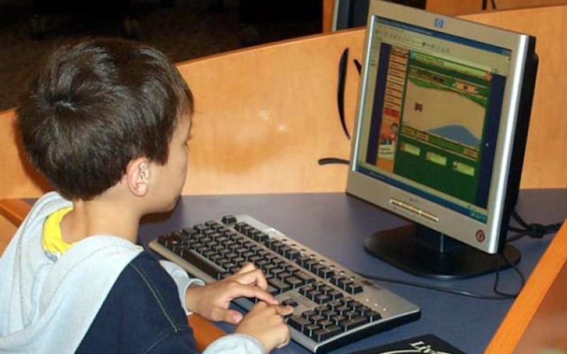În curând se dă startul! Elevii pot primi ajutor financiar de 200 de euro să-și cumpere calculatoare