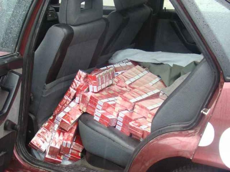 În miez de noapte, prinși cu țigări de contrabandă în mașină!