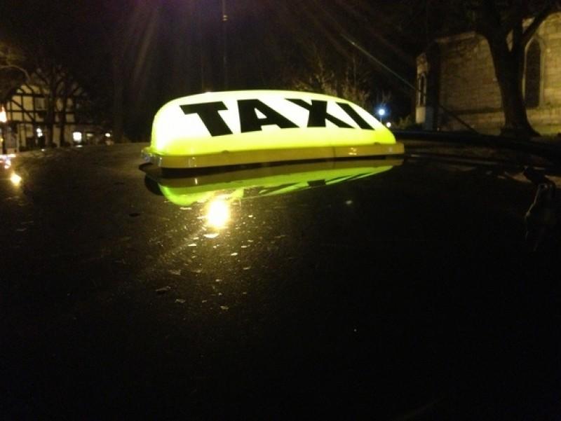 """În miez de noapte: Taximetrist din Botoșani lăsat cu """"ochii în soare"""", după o cursă la Săveni!"""