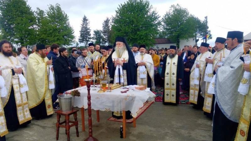 """În Parohia Loturi Enescu s-a pus, duminică, piatra de temelie pentru Biserica """"Înălţarea Domnului""""!"""