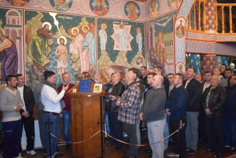 În prezența IPS Teofan: Foști și actuali deținuți, cântăreți în strana capelei din Penitenciarul Botoșani