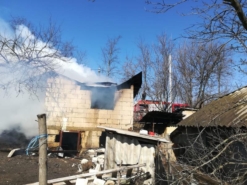 În urmă cu puțin timp: O casă a fost cuprinsă de flăcări, din cauza unui scurtcircuit