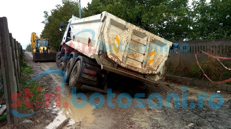 Încă o stradă aflată în lucru s-a surpat! Camionul firmei care efectua lucrarea a căzut în gaură! FOTO