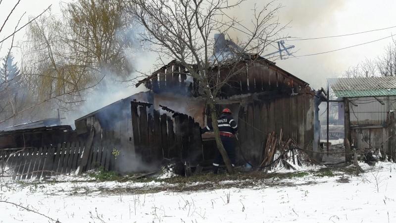 Încă un incendiu din cauza jarului din sobă! O femeie a ajuns la spital cu arsuri!