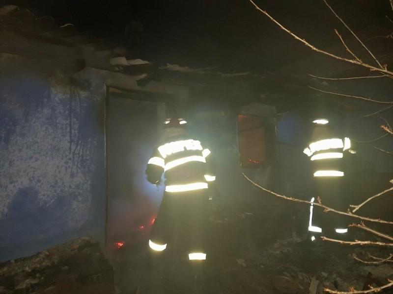 Patru familii din Botoşani, păgubite de foc! Case şi un autoturism, distruse de flăcări! FOTO