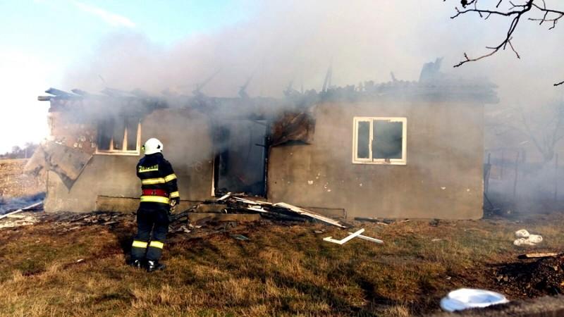 Necaz înainte de sărbători: Flăcările i-au mistuit casa!