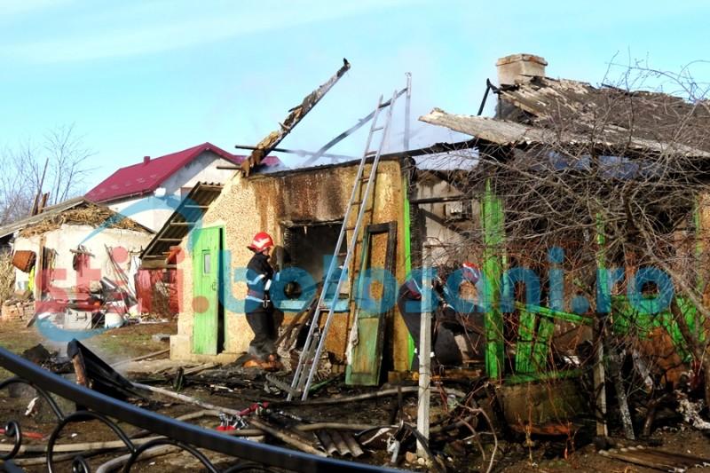 INCENDIU! Au rămas fără un acoperiș deasupra capului înaintea Crăciunului! Flăcările au distrus o casă, la Stâncești! FOTO