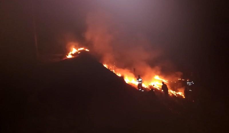 Incendiu la Ungureni. Pompierii au luptat din greu cu flăcările