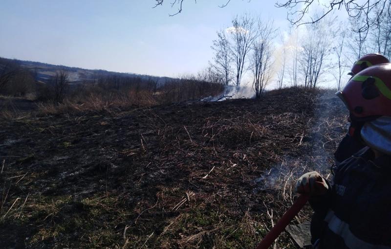 Incendiu de proporții de la un fumător nepăsător la Ivancăuți în comuna Păltiniș