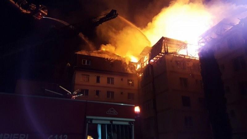 INCENDIU devastator in Gura Humorului! Mansarda unui bloc, in flacari! Pompierii botosaneni au fost chemati in sprijin! VIDEO