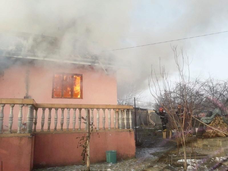 Incendiu distrugător la Stăuceni- o casă a fost arsă aproape integral FOTO