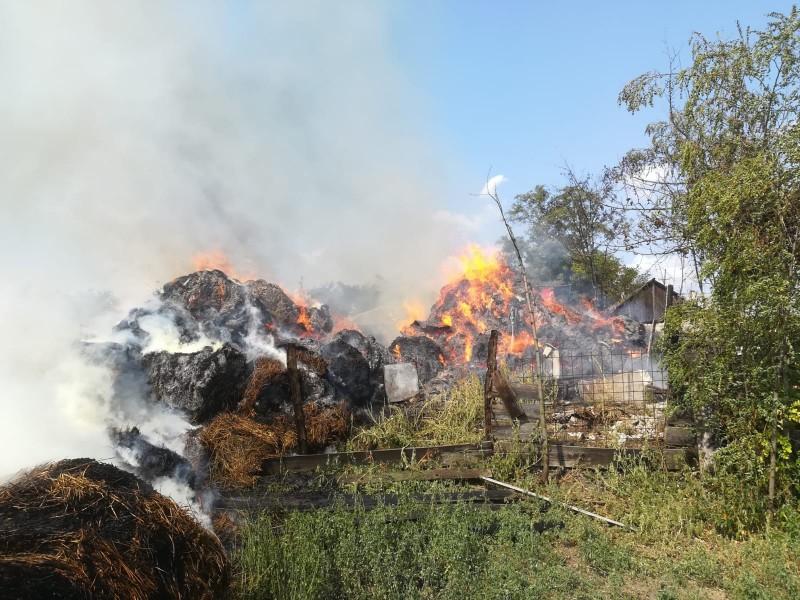 Incendiu după incendiu în județ, duminică. Au ars zeci de tone de furaje