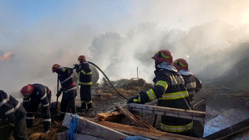 Incendiu în satul Pădureni, comuna Șendriceni. Pompierii au luptat ore în șir cu flăcările
