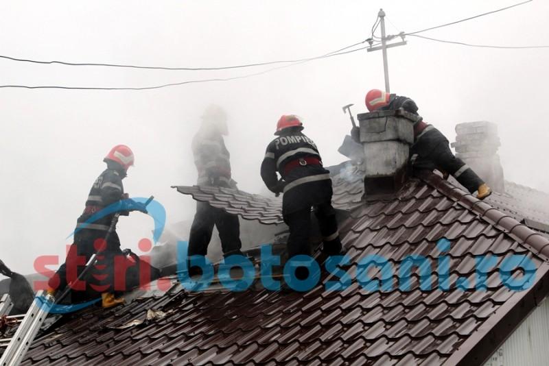 Incendiu la acoperisul unei vile din Dersca! Pompierii au intervenit cu doua autospeciale!